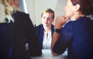 trois femmes qui discutent